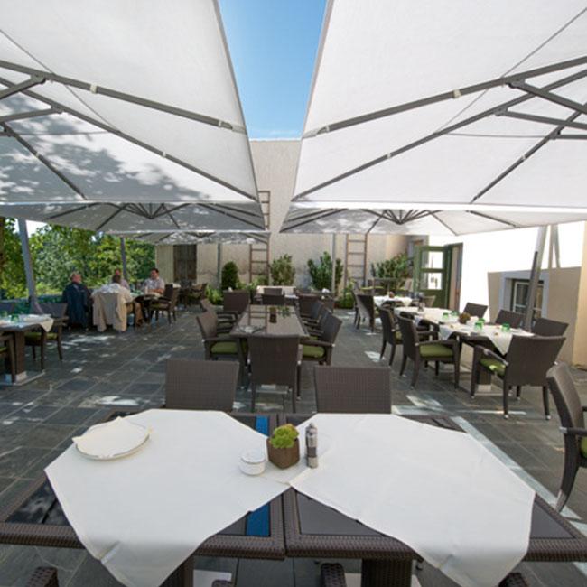 VerandaUteServeringar.se-Ambiente-parasoll-sidhängt-beige-miljö2_650x650