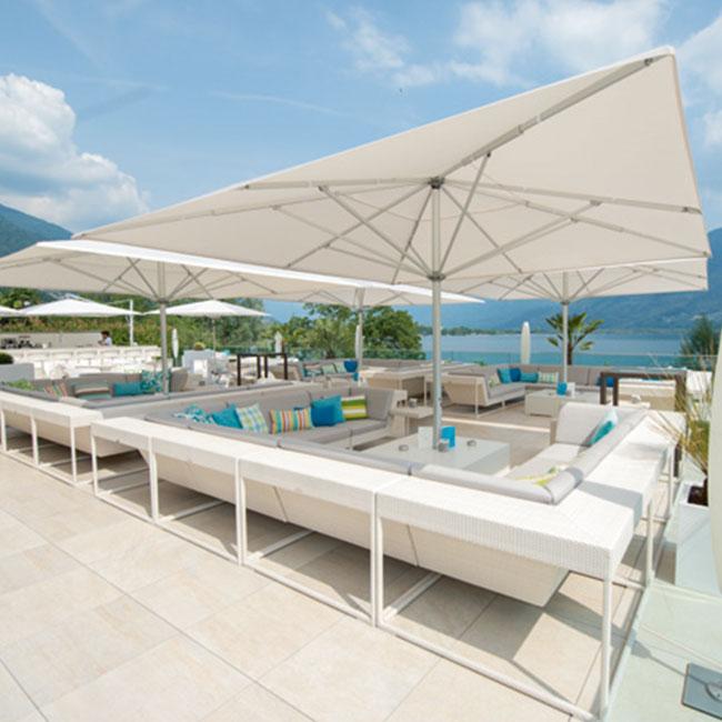 VerandaUteServeringar.se-Castello-M4-parasoll-beige-miljö1_650x650