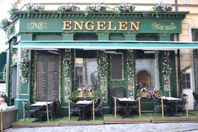 Engelen i Gamla Stan i Stockholm fick en sommar-succé när de kompletterade med höj- och tänkbart vindskydd från Svalson.