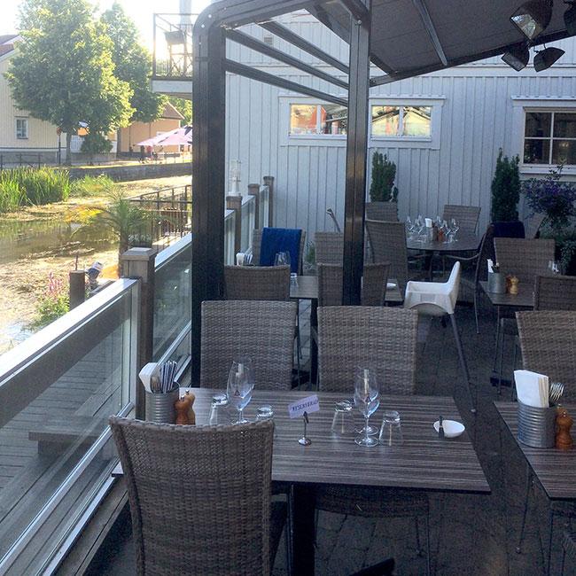 Åtellet i Norrtälje köpte konstrottingstolar från Sika Design, bord från StableTable och bordsskivor från Werzalit när de gjorde ny uteplats.