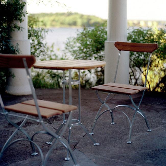 veranda.se-Bryggeri-Trefotsbord-Ø60-obehandlad-teak-elförzinkat-stativ-miljö_w650x650