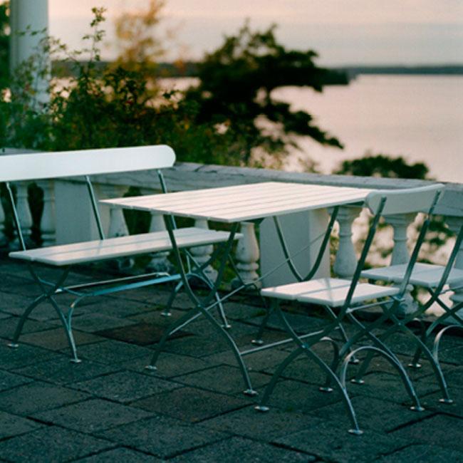 veranda.se-Bryggeri-soffa-vitlackad-ek-elförzinkat-stativ-miljö_w650x650