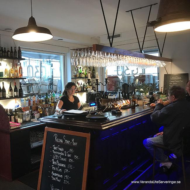 veranda.se-VerandaUteserveringar.se-Restaurang-Inne-Lyckliga-Gatan-30-baren-sida_w650x650