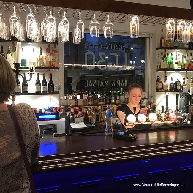 veranda.se-VerandaUteserveringar.se-Restaurang-Inne-Lyckliga-Gatan-30-baren2_w650x650